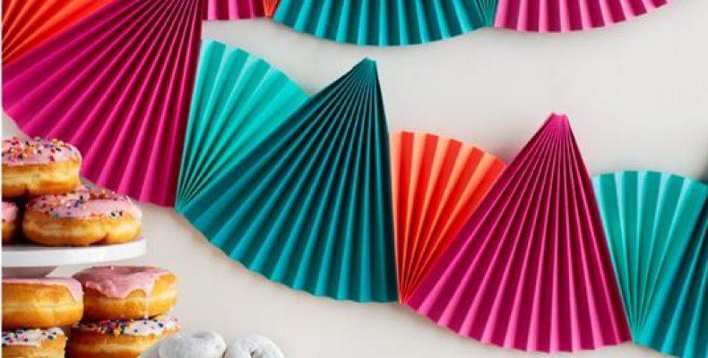 МК: гирлянда из бумажных вееров